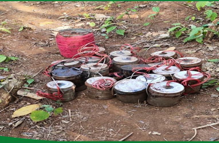 चाईबासा में पुलिस व सीआरपीएफ ने बरामद किये 22 केन बम..