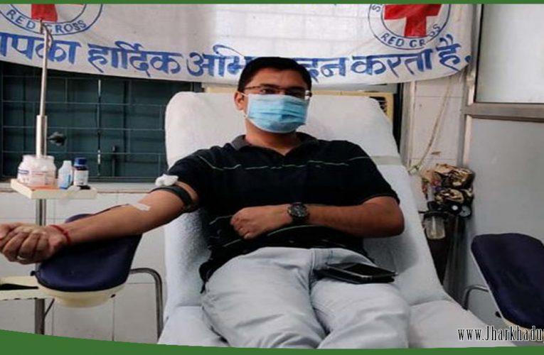 पुलिस का मानवीय चेहरा आया सामने, मजदूर के बच्चों की जान बचाने के लिए चतरा एसपी ने किया रक्तदान..
