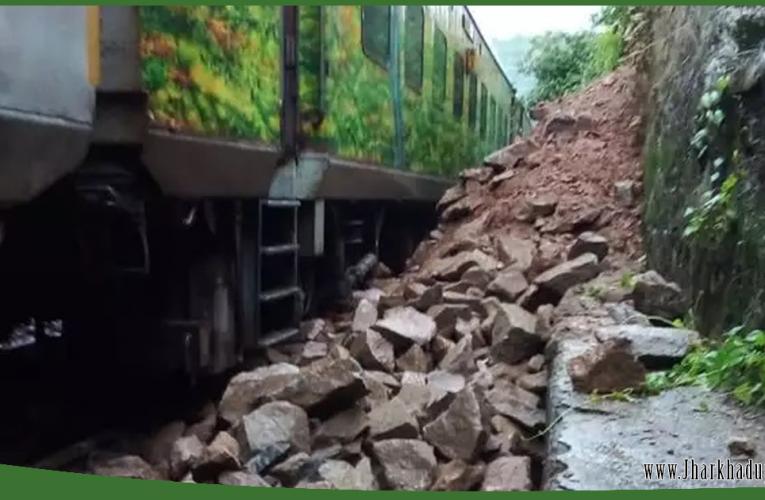 ट्रेन का इंजन हुआ क्षतिग्रस्त लेकिन यात्री सुरक्षित..