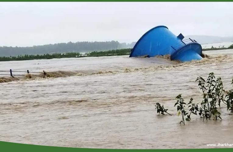 बोकारो में कोनार डैम से पानी छोड़ने से इंटकवेल नदी की धार में बहा..