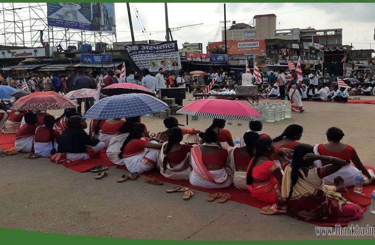 चान्हो में एकलव्य स्कूल के विरोध में 11 घंटे रांची- मेदिनीनगर एनएच जाम..