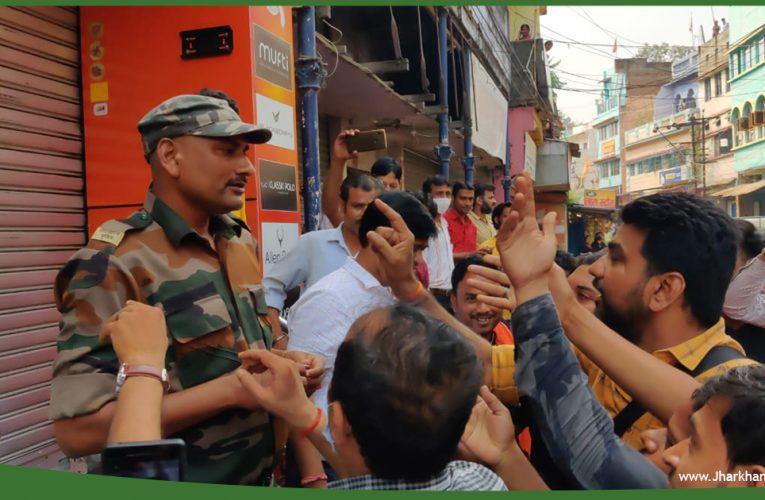 चास में कपड़ा दुकान बंद कराने गई पुलिस व दुकानदारों में धक्का-मुक्की..